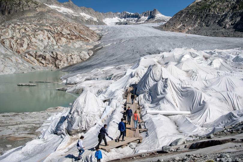 今年7月18日瑞士替隆河冰川「蓋被子」。(圖/達志/美聯社)