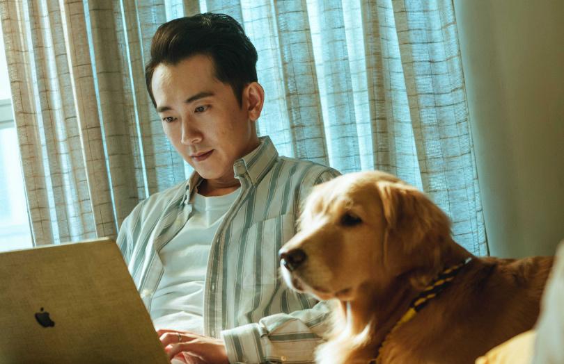 《黑喵知情》施名帥飾演的羅鈞接手寵物溝通師「黑喵知情」的工作,幫忙處理毛小孩和人類的問題。(圖/LINE TV)