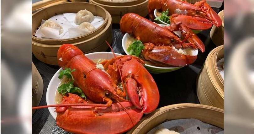 「隔壁老王」以整隻龍蝦搭配麵線出名,被多家電視台美食節目爭相報導。(圖/翻攝臉書)