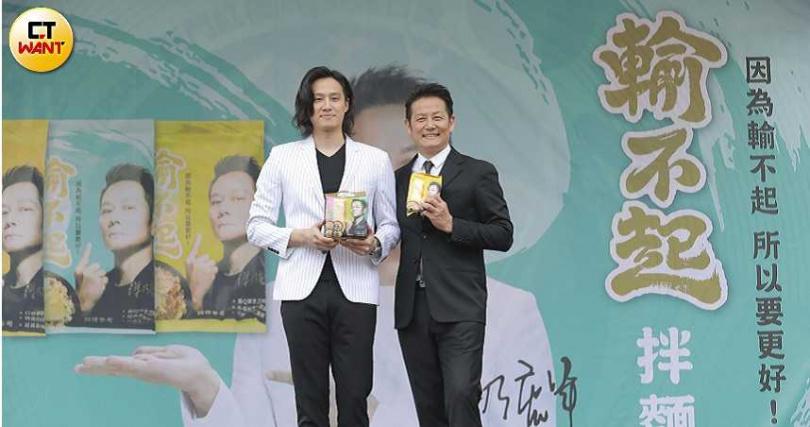 記者會上,由徐乃麟的兒子徐新洋(左)擔任主持人。(攝影/林士傑)