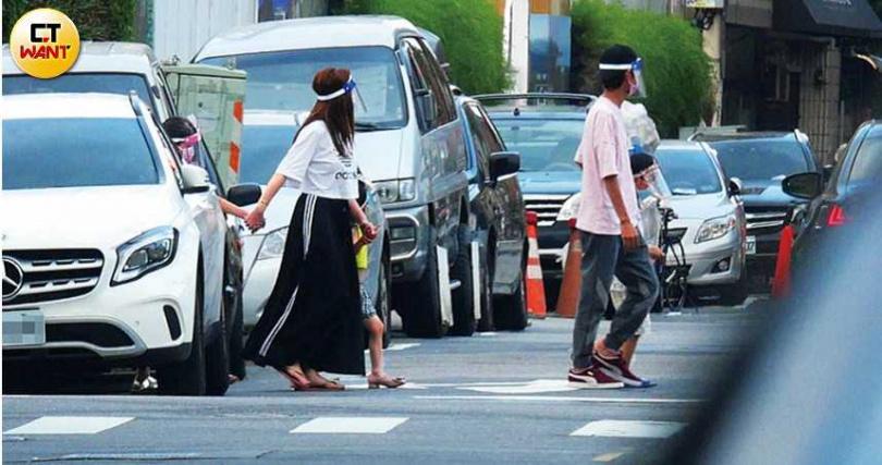 抵達幸福農場,阿翔一家五口手牽手過馬路,畫面和樂融融。(圖/本刊攝影組)