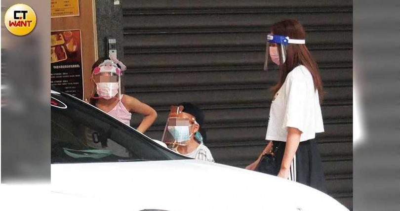 Grace和全副武裝的兒女們,在疑似新家的車道口等阿翔開車。(圖/本刊攝影組)