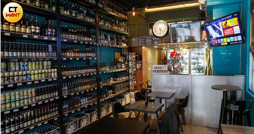 「軍火庫精釀啤酒專賣店」供應約300種商品,比利時製造的6款Trappist修道院啤酒,在這都買得到。(圖/黃耀徵攝)