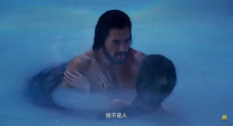 費翔在新片《封神演義》裡,與妲己上演激情撫胸共浴。(圖/翻攝YouTube)