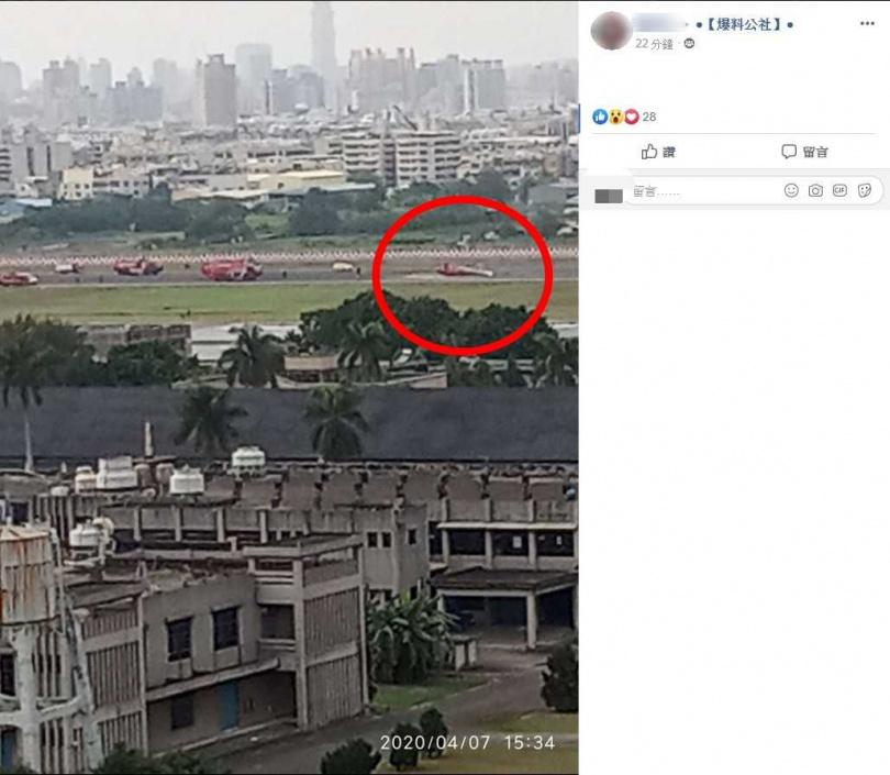 直升機側躺在跑道上。(圖/翻攝自臉書爆料公社)