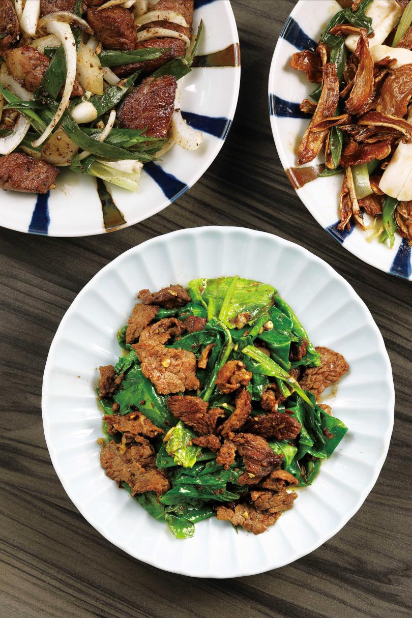 多加了豆瓣的「芥藍牛肉」入口意外清爽,開胃下飯。(250元/大盤)(圖/于魯光攝)