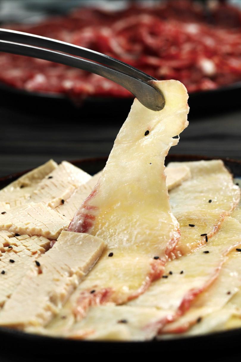 過去只用來招待貴客的「極上牛脆脂」是口頭推薦,不在菜單內,入口清香爽脆,相當美味。(280元)(圖/于魯光攝)