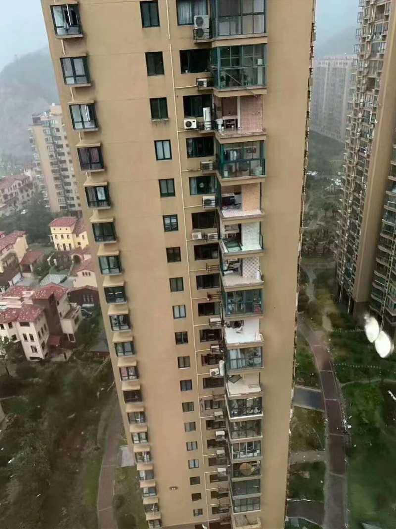 多間房子玻璃被颱風吹破。(圖/南方都市報)