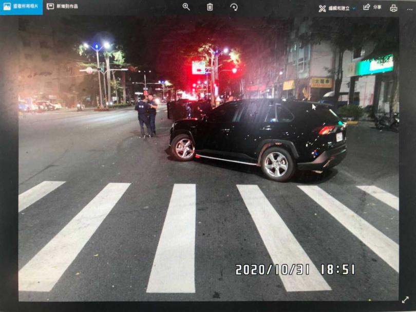 違規從慢車道迴轉肇事的TOYOTA休旅車。(圖/讀者提供)