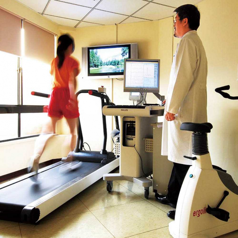 近年非常流行重量訓練,但若有心臟疾病而不自知,就可能爆發心血管風險,建議先進行運動心電圖等檢查,確認無虞才健身。(圖/報系資料庫)