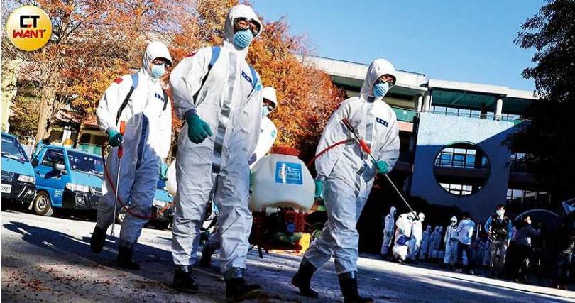 部桃群聚感染事件持續擴散,疫指中心雖緊急補破網,但病毒已進入社區之中,全台灣恐將成為災區。圖為化學兵進部桃消毒。(圖/王永泰攝)