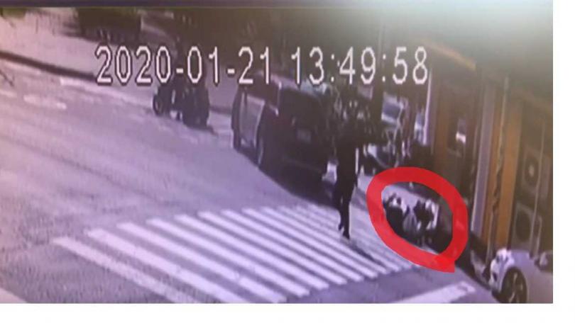 嘉義市區槍戰!警連開6槍 女警遭歹徒撞飛送醫。(圖/翻攝自Youtube)
