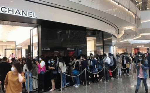 香港門市出現排隊人潮。(圖/微博)