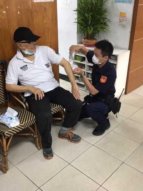 趙翁跌倒時造成四肢擦傷,員警連忙為他緊急包紮。(圖/翻攝畫面)