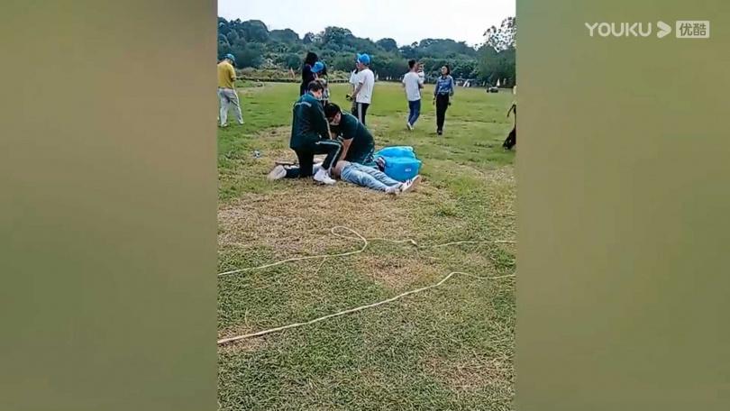工作人員當場做CPR。(圖/優酷)
