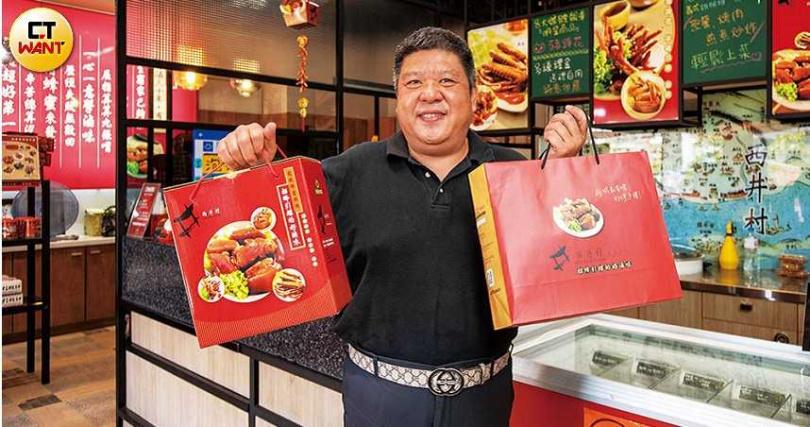 儘管事業穩定,許智偉仍親力親為,積極向客人推銷滷味組合包。(圖/宋岱融攝)