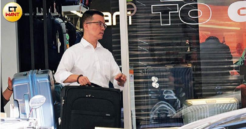 蕭亞軒出國前夕,派私人司機替她購買大行李箱。(圖/本刊攝影組)