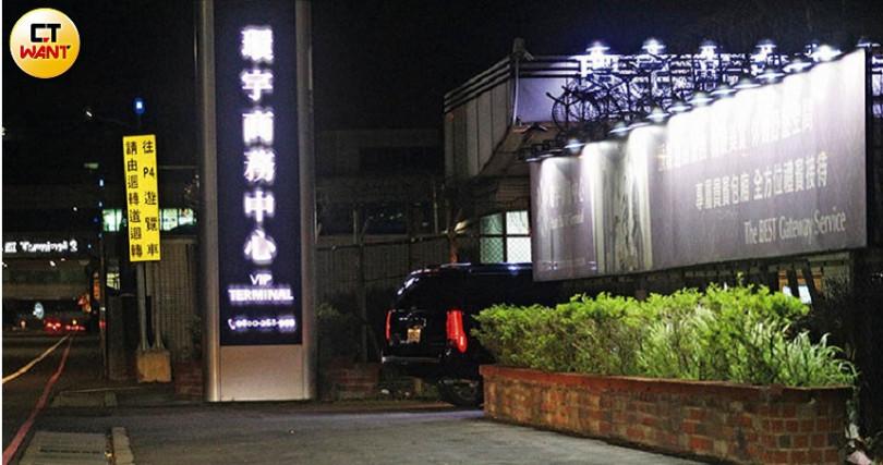 結束滿滿的採買行程後,蕭亞軒的座車深夜突然飛奔直駛桃園機場。(圖/本刊攝影組)