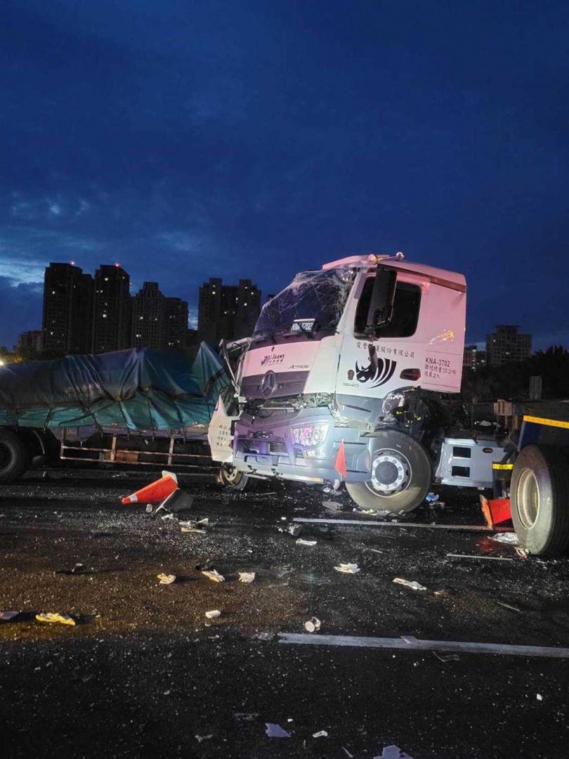 國道一號南下竹北交流道前發生一起重大車禍,現場疑似4車連撞。(圖/翻攝照片/中國時報莊旻靜新竹傳真)