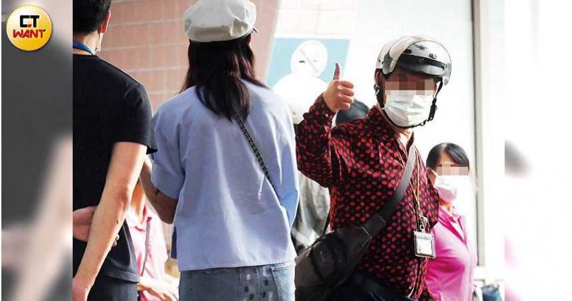下午賈永婕奔至台北市立聯合醫院陽明院區發送物資,有路人比讚為她加油打氣。(圖/本刊攝影組)