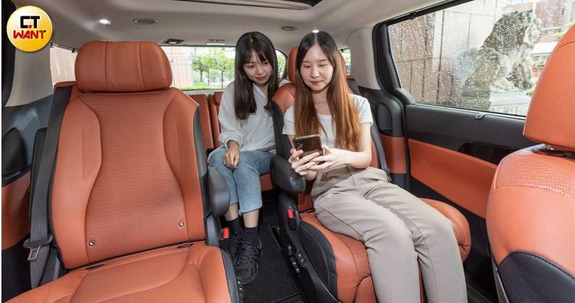 第二排獨立座椅配置通風加熱功能,受惠於長軸設計,乘員腿部空間都相當充裕。