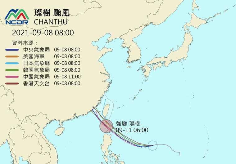 目前除了日本氣象廳預測璨樹颱風可能會從恆春半島登陸外,其餘單位皆預測是從巴士海峽穿越。(圖/翻攝自NCDR官方網站)