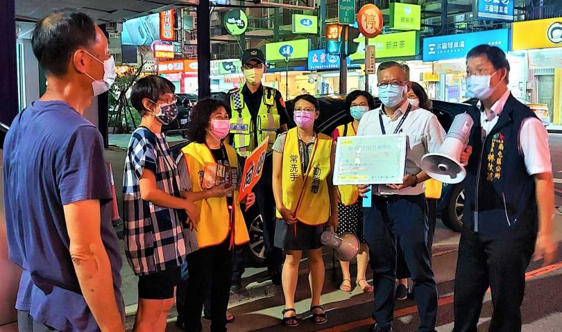 由於Delta病毒在台灣出現案例,今年各縣市都禁止公共場所烤肉,圖為台中市南屯區區長掃街呼籲不要在戶外烤肉。(圖/報系資料庫)