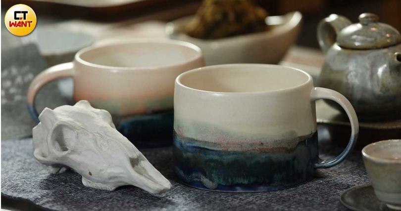 米特創作的「白鹿」(左,1,800元)、阿思製作的清晨與黃昏「山海杯」。(右,1,200元/個,圖/于魯光攝)