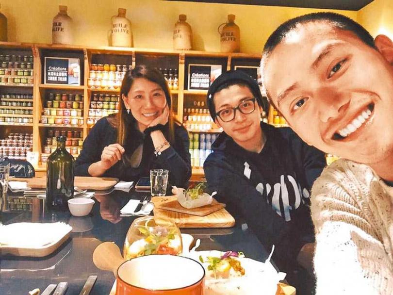 范少勳(右起)、侯彥西都是郎祖筠的乾兒子,3位演員像是一家人。(圖/臉書)