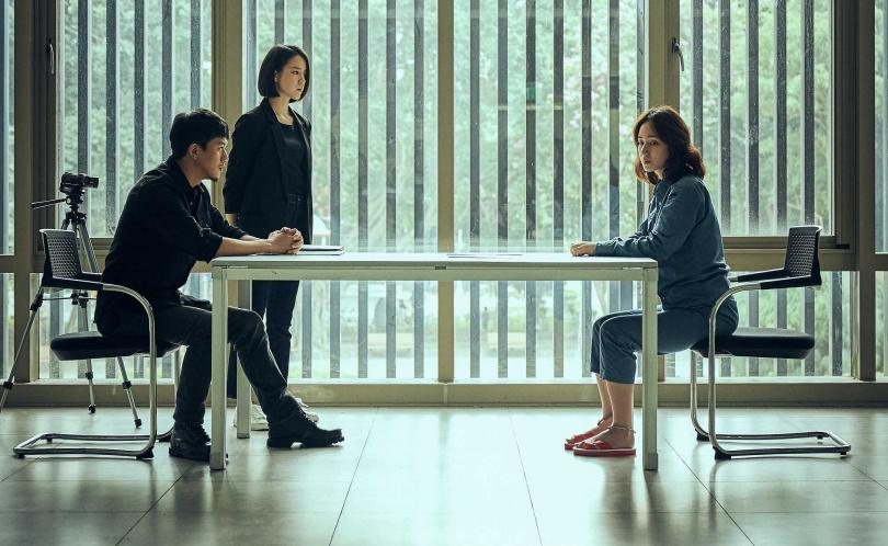 《追兇500天》小薰對被莫子儀偵訊的一場戲,演來猶如精神分裂。(圖/七十六号原子)