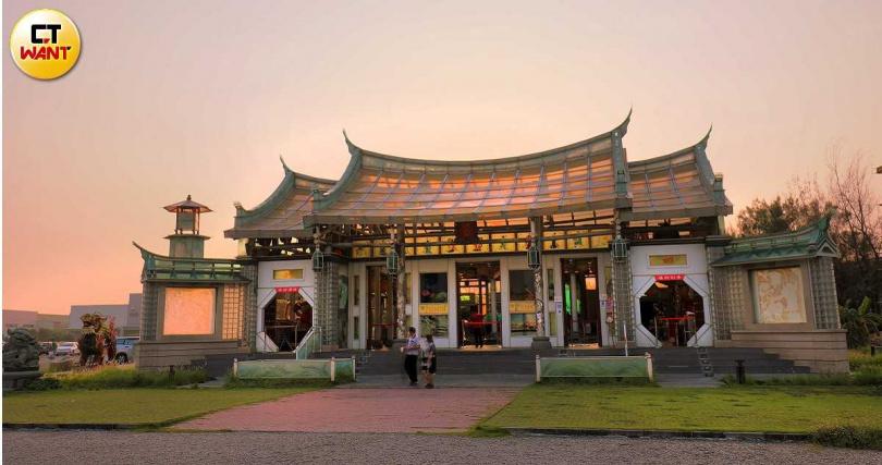 台灣護聖宮呈現了玻璃產業技術與工藝之美。(圖/于魯光攝)