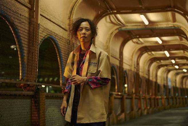 孫淑媚以《天橋上的魔術師》劇中鞋店老闆娘「點媽」入圍女主角獎。(圖/公視提供)