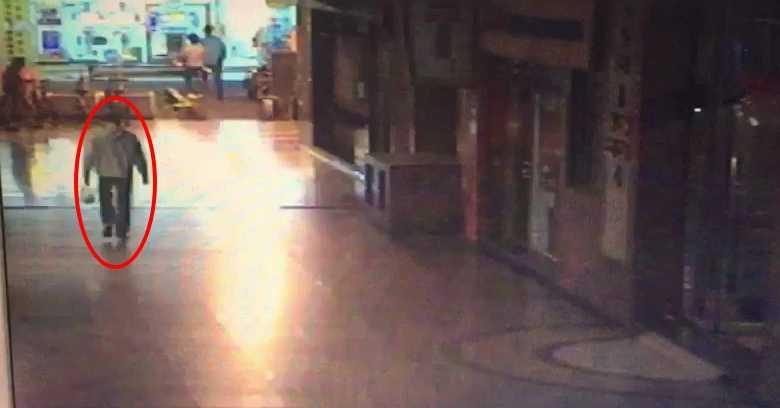 警方發現,嫌犯都是拎著一袋食物佯裝住戶,大搖大擺地趁隙進入大樓搭電梯至高樓層,再垂降至受害住家犯案。(圖/翻攝畫面)