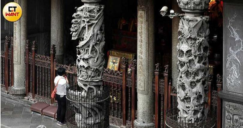 「三峽長福巖祖師廟」由台灣知名藝術家李梅樹主導修建,廟內石柱出自國寶級匠師之手,做工非常精細。(圖/王永泰攝)