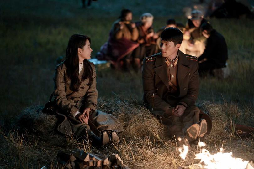 《愛的迫降》講述一場跨越北緯38度線的南北韓愛情故事,年初剛播出時,曾引發一波韓流追劇狂潮。(圖/Netflix提供)