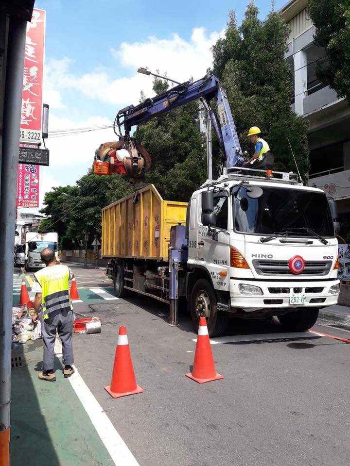 衛生局強制清理,耗費3天才清光近30噸垃圾。(圖/翻攝自黃婉如臉書)