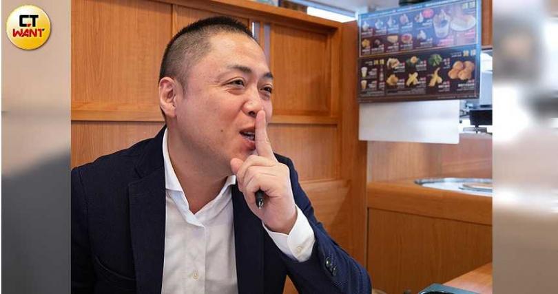 被問到人氣扭蛋的中獎率時,董事長西川健太郎伸出食指,堅決不透露。(圖/黃耀徵攝)