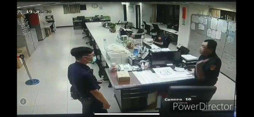 1名從警不到2年的菜鳥員警,因為犯錯遭方國慶約談,豈料,方國慶竟失控朝自己猛呼巴掌。(圖/翻攝畫面)