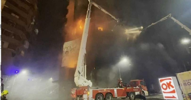 現場火勢相當猛烈,到處都有火光竄出。(圖/翻攝記者爆料網)