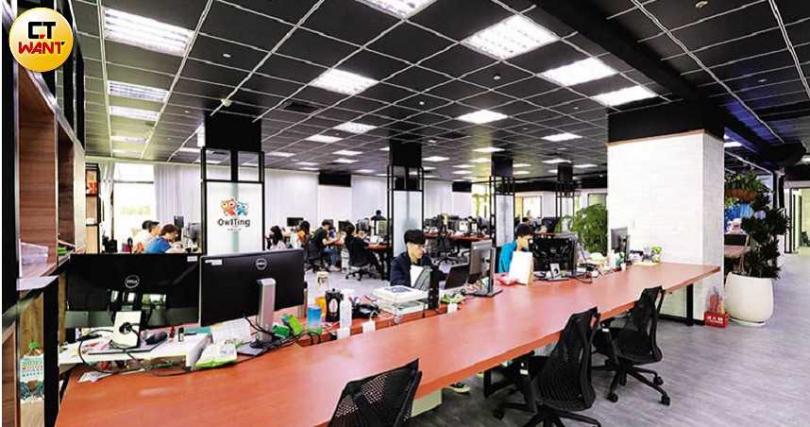 在奧丁丁的辦公室,每個座位的大小都相同,就連王俊凱也一樣,落實組織扁平化的美式管理風格。(圖/馬景平攝)