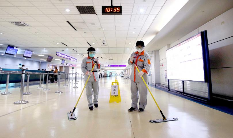 工作人員定時會在機場各處進行清潔消毒工作。(圖/報系資料照)