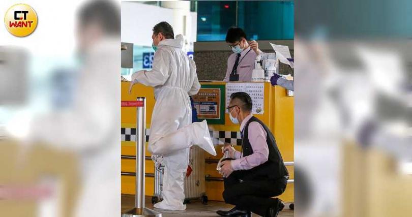 桃園機場防疫車隊包括計程車、租賃車及巴士等,都做好消毒工作。(圖/鄭清元攝)