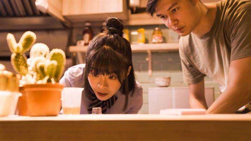 努力學習製作餐點的葉芸希。(圖/懿想天開提供)
