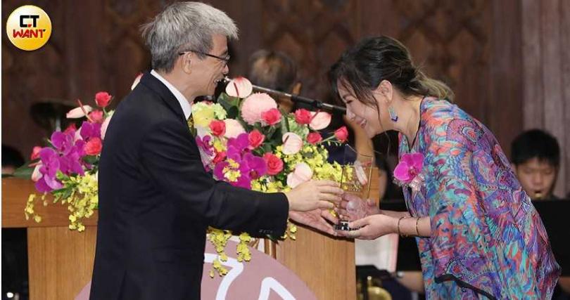 陳亞蘭從台灣師範大學校長吳正己手中接過獎座。(攝影/林勝發)