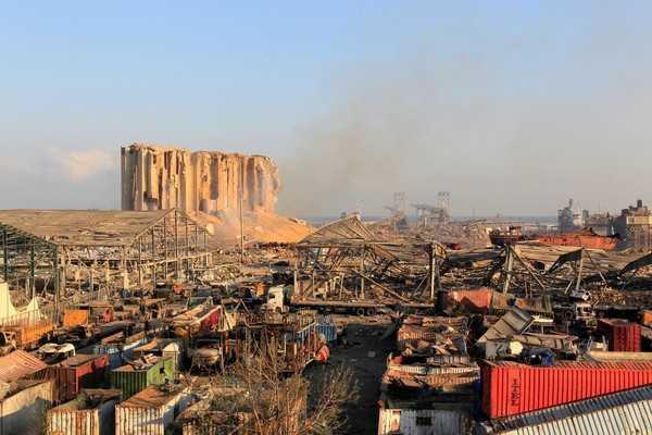 貝魯特發生大爆炸後,現場變成一片廢墟。(圖/路透社)