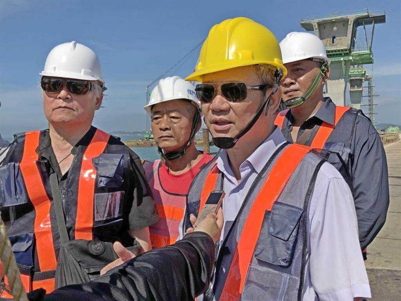 國登營造負責人洪金富(右1戴墨鏡)遭綁獲釋後第16天,親赴金門,拉白布條抗議高公局。(圖/報系資料照)