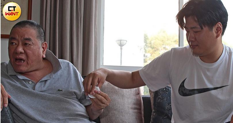 採訪過程中,吳庭言時時照顧父親狀況,還拿起紙巾擦拭爸爸嘴角旁的口沫,互動溫馨親密。(圖/黃鵬杰攝)