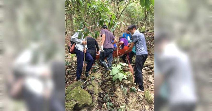 救難人員合力將老翁送下山送醫,但醫院搶救後仍不治死亡。(圖/讀者提供)