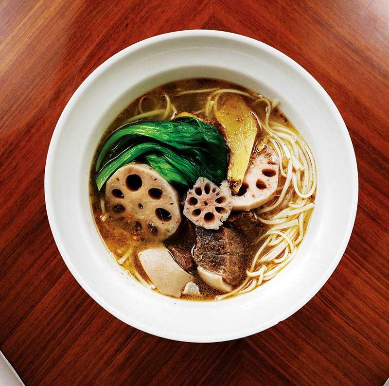 「麻油蓮藕燉嫩羊肉麵線」入口細緻暖胃,有令人懷念的媽媽味道。(300元)(圖/于魯光攝)