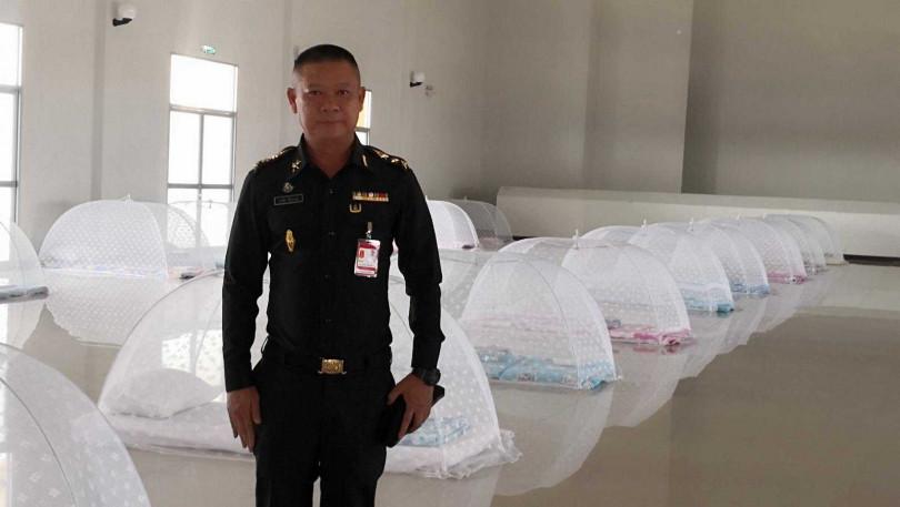 泰國有新冠肺炎的隔離所,用簡單的薄床墊跟蚊帳罩就當防護,乍看猶如「阿嬤家的餐桌」。(圖/翻攝komchadluek.net)